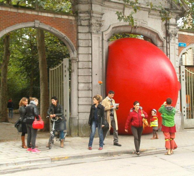 O que você faria se topasse com uma bola gigante vermelha?