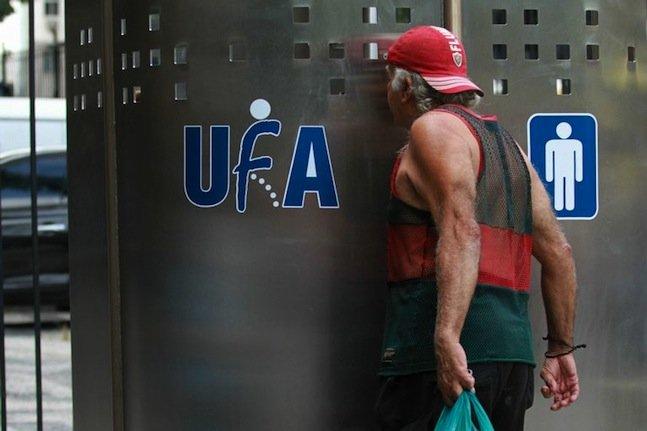 Rio ganha a primeira UFA!, um mictório público para manter a cidade mais limpa