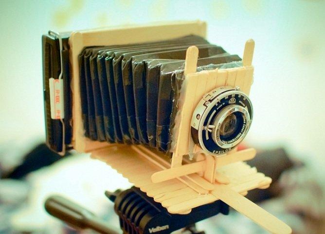 Uma Polaroid que funciona de verdadefeita com palitos de sorvete
