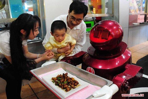 Nesse restaurante Chinês, robôs servem as mesas e cozinham