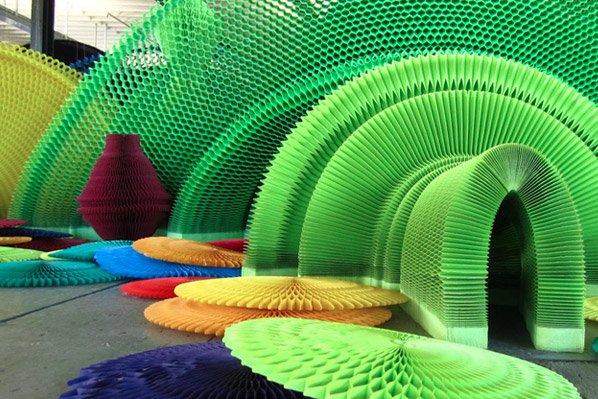 Complexas e inovadoras esculturas de papel coladas com mel