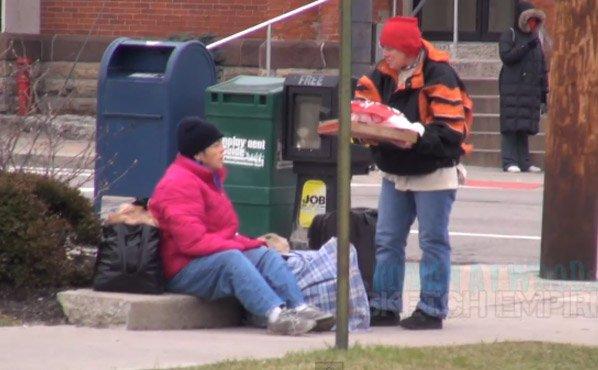 Pegadinha do bem: homens pedem pizza e mandam entregar para sem-tetos