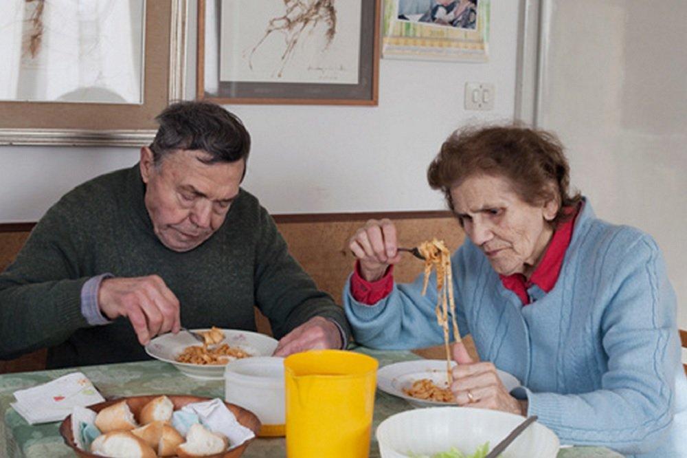 Neta fotografa o cotidiano dos  avós que estão juntos há 57 anos