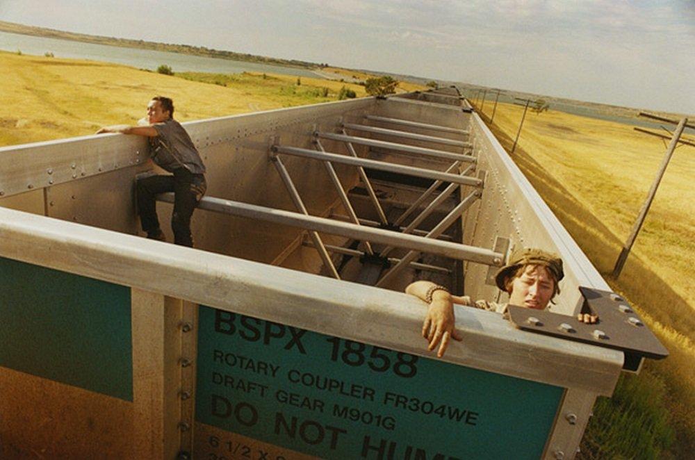 Fotógrafo registra a vida nômade  dos caroneiros de trens de carga