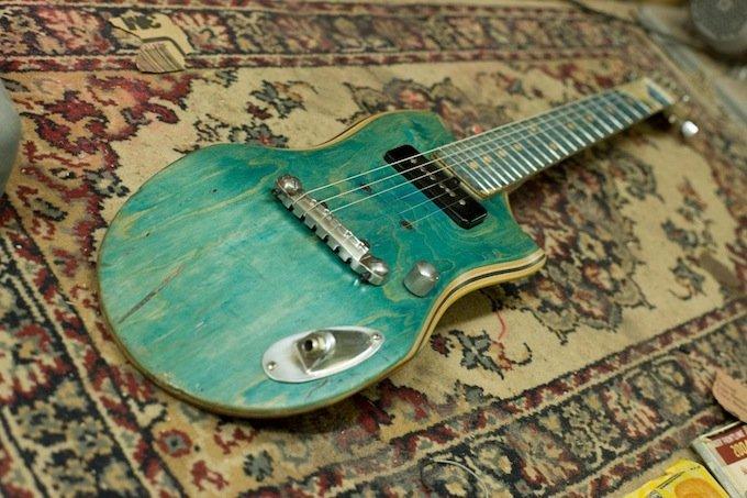 Artistas transformam skates velhos em guitarras