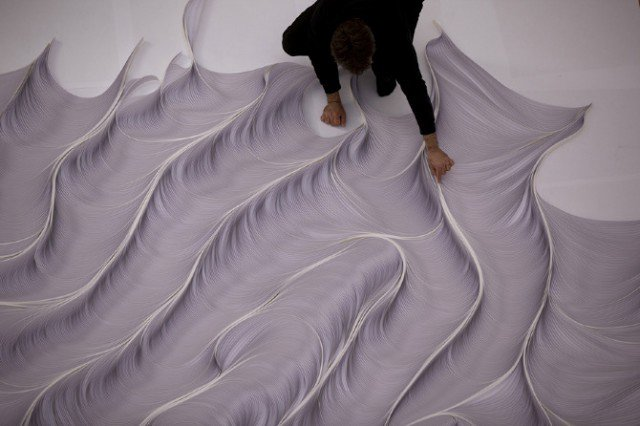 Obra de arte fantástica feita com 10 mil tiras de papel