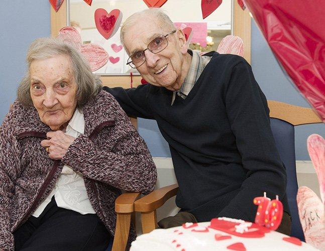 Para manter o amor vivo, marido de 91 anos lê diário para mulher com amnésia