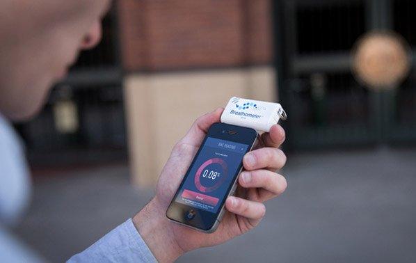 Conheça o primeiro gadget que transforma seu iPhone num bafômetro