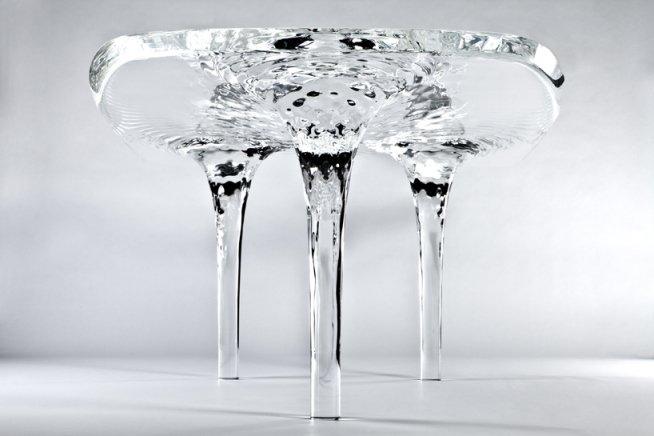 Arquiteta cria peça inovadora para sala de jantar: uma 'mesa líquida de gelo'
