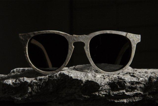 Marca americana lança  óculos de sol feito de pedra