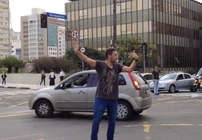 Na falta de CET, 2 homens tomam atitude para resolver problema de trânsito