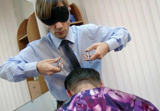 Você confiaria num cabeleireiro que faz cortes com olhos vendados?