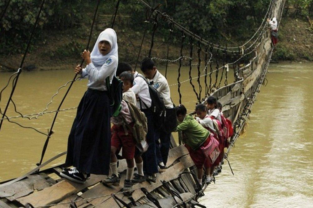 Fotos impressionantes mostram crianças arriscando a vida pra ir pra escola