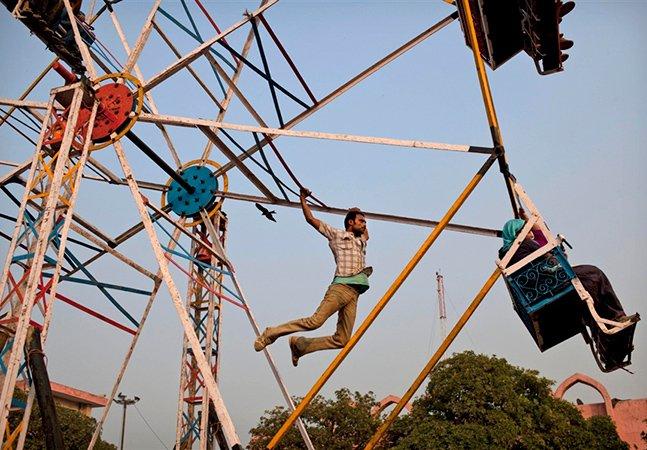 As surreais rodas-gigantes indianas que são movidas pela força humana
