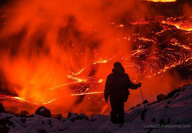 Fotógrafo desafia a natureza e registrade perto um vulcão em erupção
