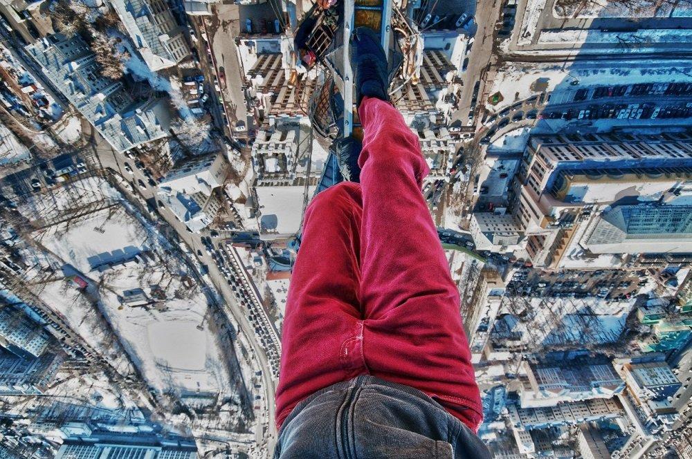 Rapaz arrisca vida para fazer  fotografias pendurado em grandes alturas