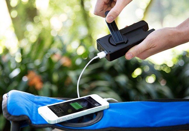 Conheça o carregador que gera energia pro seu celular ou tablet manualmente