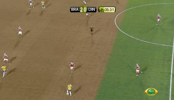 Gramado de estádio de futebol muda de cor para alertar sobre desmatamento