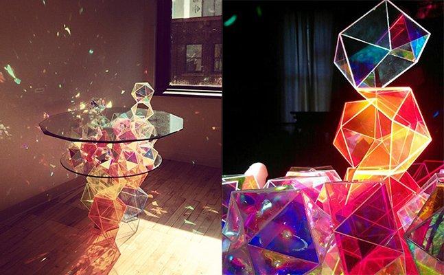 Mesa de cristais de vidro usa luz natural para colorir as paredes da sua sala