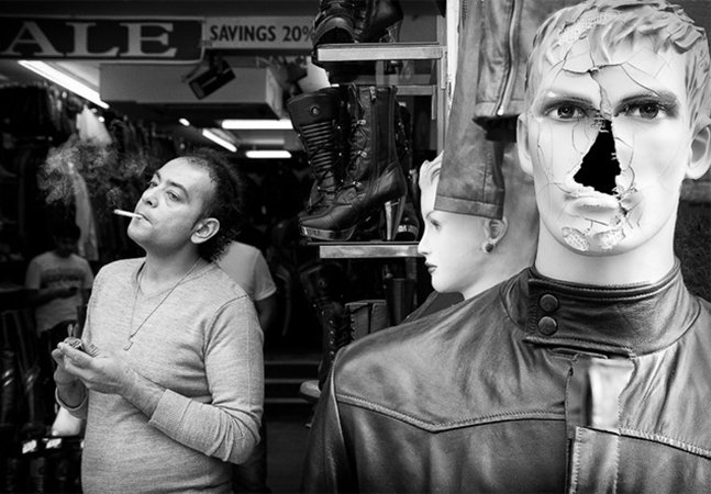 Fotógrafo cria série que registra cenas inusitadas no meio da rua