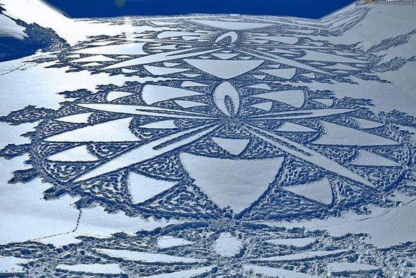 """Homem cria incríveis """"crop circles"""" gigantes na neve caminhando o dia todo"""