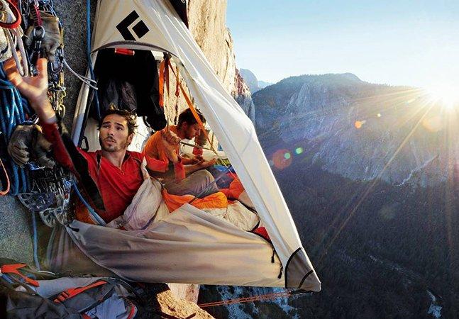 Imagens surreais de alpinistas acampando pendurados à 4 mil pés