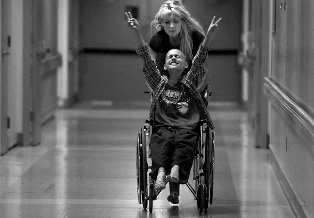 Série de fotos registra a batalha de uma mãe contra o câncer do filho de 10 anos
