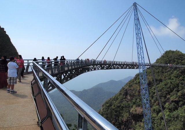 Ponte a 700 metros do nível do mar dá a sensação de estar caminhando no céu