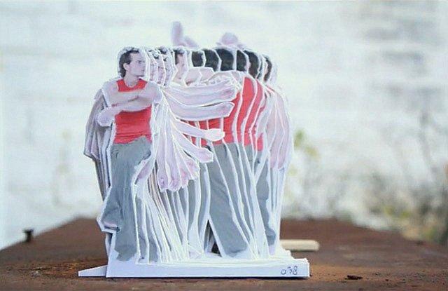 Stopmotion inova ao mostrar homem dançando através de recortes de papel