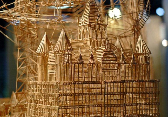 Artista cria impressionante escultura com mais de 100 mil palitos de dente