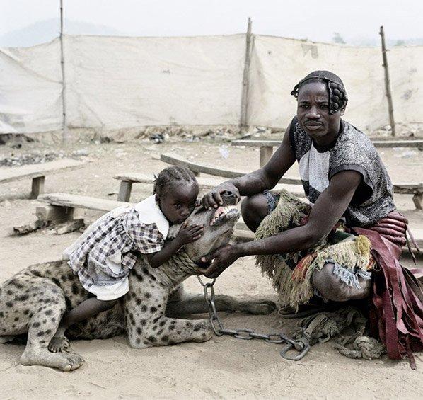 Série fotográfica impressionante mostra homens que domesticam hienas