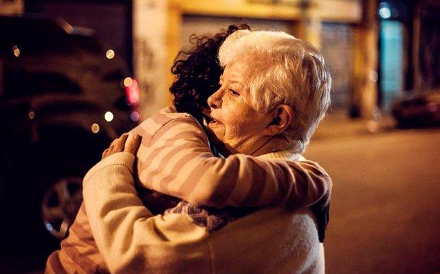 Aposentada inova e leva terapia do abraço à Cracolândia