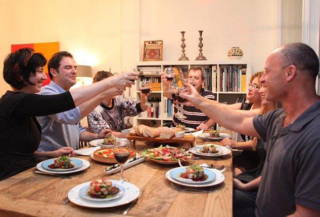 Que tal viajar e fazer as suas refeições na casa de habitantes locais?
