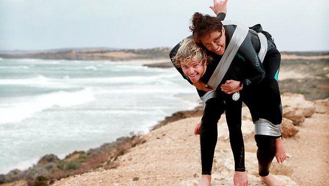 Jovem realiza sonho de mãe paraplégica: surfar de pé na prancha