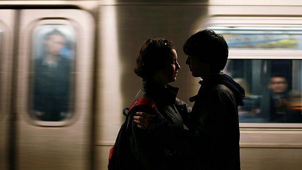 Metrô com vagão só para solteiros para promover encontros entre as pessoas