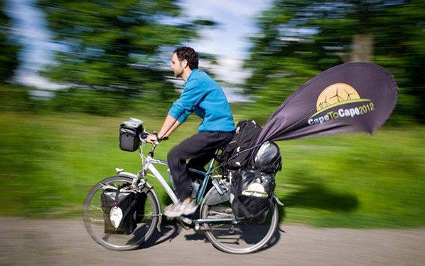 Homem viaja o mundo numa bike elétrica pra aprender sobre energias renováveis