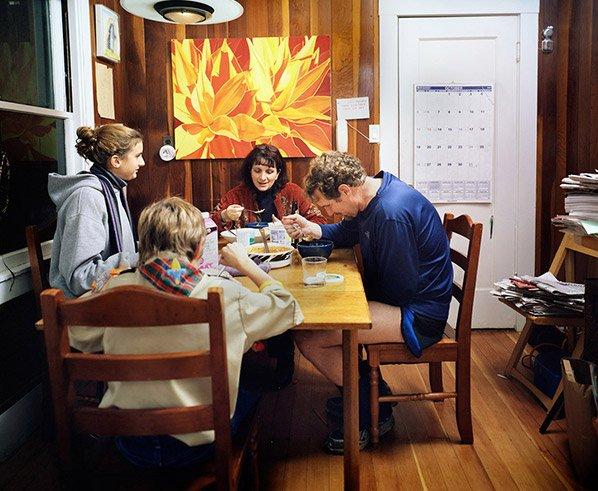 Projeto fotográfico documenta famílias de diversas culturas tendo uma refeição