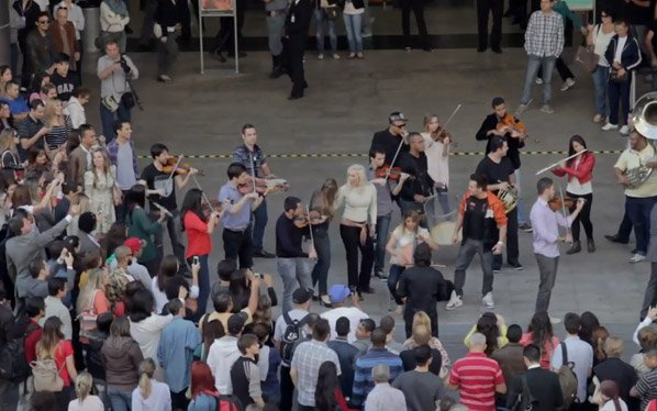 Flash mob une beat box e orquestra na Avenida Paulista