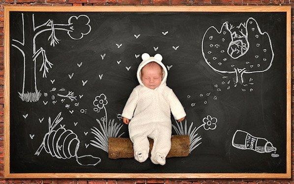 Mãe fotógrafa cria ensaio criativo com bebê feito em quadro negro