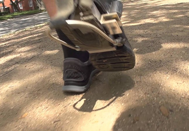 Tênis geradores de eletricidade permitem carregar seu celular enquanto anda