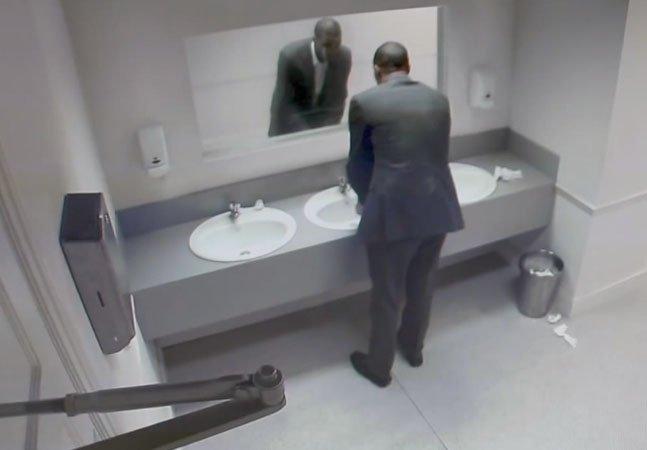 Pra alertar sobre o excesso de bebida, ONG aterroriza pessoas no banheiro