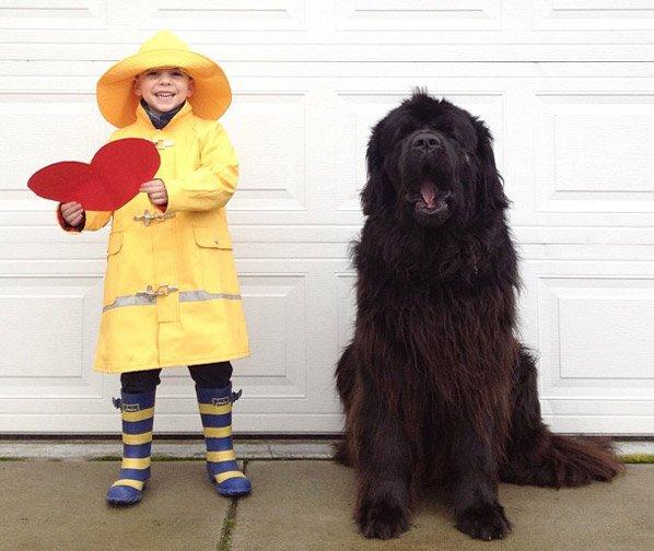 A amizade entre um pequeno garoto e seu grande cachorro em série de fotos