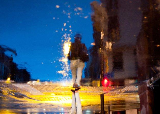 Série fotográfica capta reflexos nas ruas molhadas da cidade