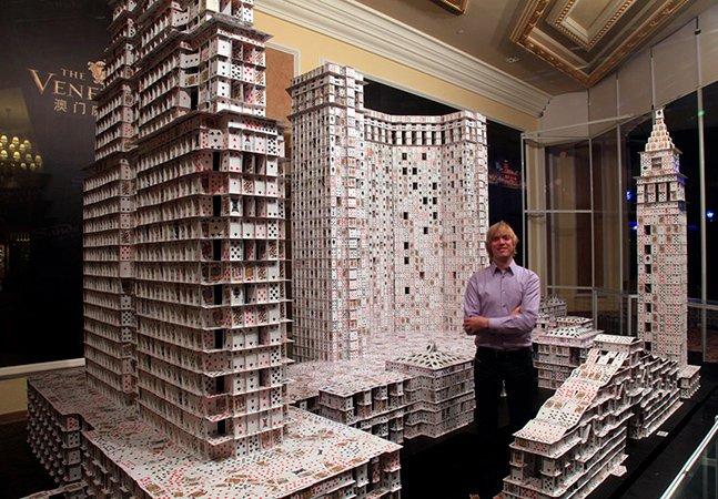 Artista constrói cidades gigantes usando apenas cartas de baralho