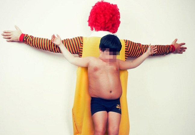 """Crianças são """"crucificadas"""" em ensaio de fotos polêmico para denunciar abusos"""