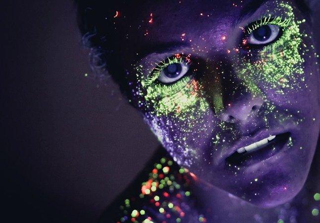 Fotógrafo utiliza maquiagem neon para criar ensaio inovador