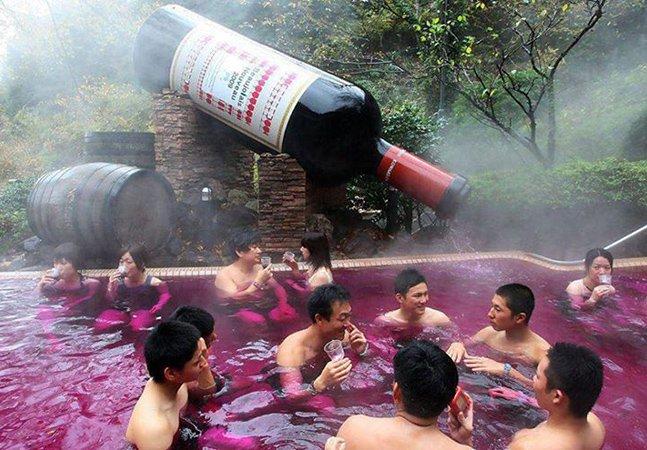 Resort no Japão oferece banhos de hidromassagem em piscina de vinho