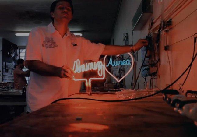 Mini-documentário mostra o artista que cria luminosos feitos de neon