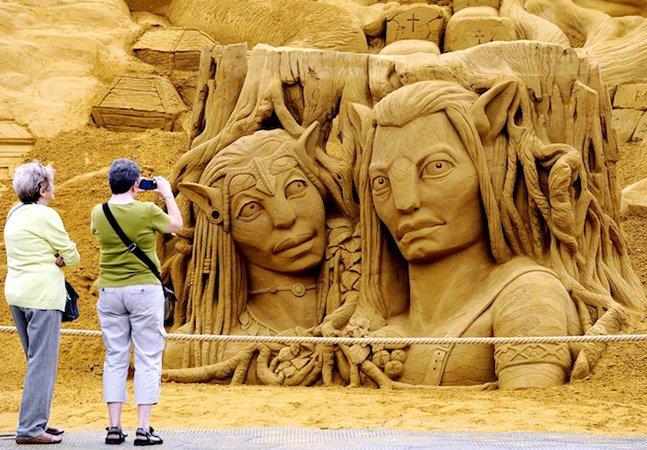 Festival apresenta esculturas gigantes e surreais feitas de areia