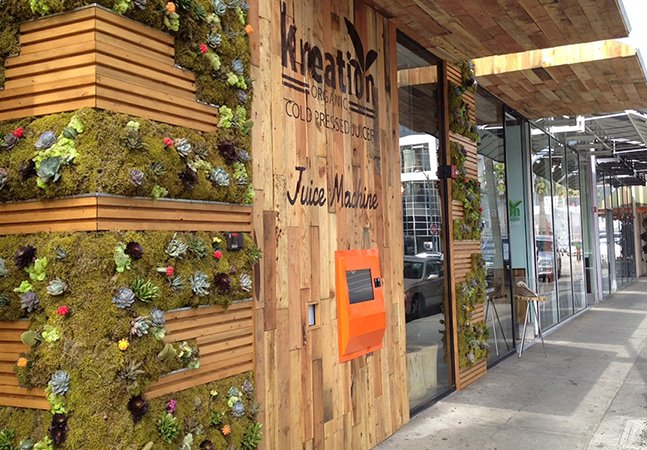 Loja cria vending machine de suco natural pras pessoas beberem no caminho